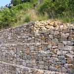 """""""moderne"""" Trockenmauer mit Drahtgeflecht, genannt Gabionen"""
