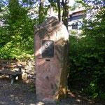Gedenkstein in Raubach, unterhalb des Parkplatzes