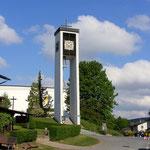 Glockenturm der katholischen Kirche
