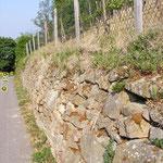 """herkömmliche Trockenmauer; man sieht, wie der Berg """"drückt"""""""