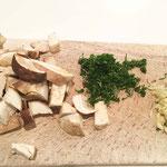 Pilze in Würfel geschnitten - Petersilien und Knoblauch gehackt