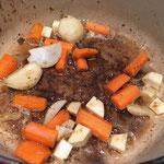 Karotten, Sellerie und Zwiebeln anschwitzen