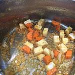 Den Sellerie und die Karotten anschwitzen