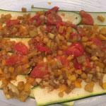 Zucchetti mit Gemüsewürfel bestreuen