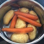 Karotten und Kartoffeln kochen