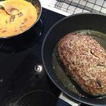 Fleisch braten und Sauce kochen