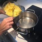Kartoffeln in kaltes Wasser geben
