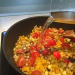 Mit Gemüsebouillon ablöschen
