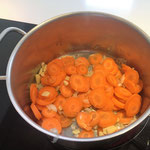 Karotten und Ingwer in Olivenöl anschwitzen
