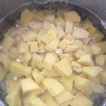 Die Kartoffelwürfel in Salzwasser weich kochen