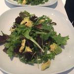 Avocaco und Oliven auf den Salat geben