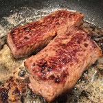 Das Fleisch in heisser Butter anbraten