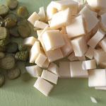 Käse und Cornichons schneiden