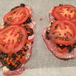 Mit den Tomatenscheiben bedecken