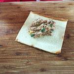 Die Toastscheiben mit der Füllung belegen