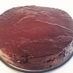 Den Kuchen mit der Glasur überziehen