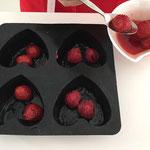 Die ausgebutterten Formen mit Früchten belegen