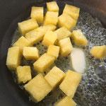 Ananaswürfel in Butter schwenken