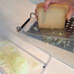 Käse wird geraffelt