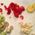 Die Zutaten gehackt und in feine Scheiben geschnitten