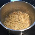 Zwiebelringe frittieren