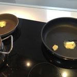 In den Bratpfannen Butter erhitzen