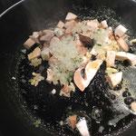 Zwiebeln und Pilze in Butter schwenken