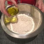 Olivenöl zum Mehl geben