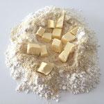 Die Butterwürfel mit dem Mehl verreiben