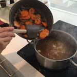 Gemüse in die Bouillon geben