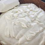 Crème in die Kuchenform füllen
