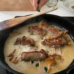 Fleischvögel und ganze Pilze zur eingedickten Sauce geben