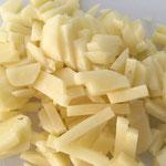 Die Kartoffeln in Stäbchen schneiden