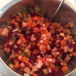 Das Gemüse vermischen