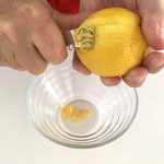 Zitronenschale abreiben