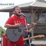 「Rainsong OM1000」 2011年春~6月までバンドで使用 グラファイト製、雨や汗をはじく特性があるハワイ製のギター、 ライブ中に音が出なくなる不具合を起こし2度交換するが、同年6月MARTINへ移行 (2011年4月30日 せたな わっかけ岩開店ライブ)