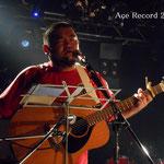 「YAMAHA FG-140」 1970年代に製造されたヤマハの赤ラベル、合板使用だが、非常に音が大きく響く良品であるため、探しているアーティストや愛好家が多い ペグを全て新しく変えて、現在、英祐一がメインで使用するギターのひとつ(2012年7月30日 札幌SOUND CRUEで初使用)