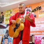 「GIBSON J-200」 2015年8月から使用 ファンの方から、使っていないギターをぜひ活用してほしいと申し出を受け、修理調整し使い始めた1本。世界の著名ミュージシャン達が愛用するモデルを、英祐一がどんな音に育てていくのか、ぜひライブ会場でご注目を!(2015年8月18日 札幌 音楽処 インストア)