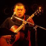 「Alvarez by K.Yairi Regular AY-65」  アメリカAlvarez社が代理店となり、Kヤイリが製造した海外販売用モデル ヘッド部のロゴがAlvarez社のA、YairiのY、ヤイリギターの輸出業務をおこなっていたMGカンパニーのMをあしらっており、通常のKヤイリのロゴとは全く異なる 弾き語りのメイン使用ギターとして、2013年初夏まで所持 (2011年12月23日 札幌 KLAPS HALL)