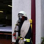 Auf 60kg Ausrüstung kommt ein Feuerwehrmann im Einsatz.
