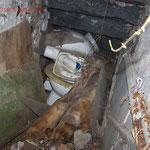 So sah es im kleinen Raum unter der Außentreppe aus, vor dem wir unser Basislager aufgeschlagen hatten.