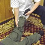 下肢をタイミング良くポトンと落とすと、骨盤が調整されます。