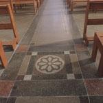Eglise de Nontron (24 Dordogne) détail du dallage de la nef - photo MC pour les amis de l'orgue de l'Orgue de Nontron