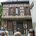 Maison face à la sortie (on part vers la gauche dans la rue parralèle)