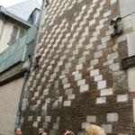 Rue de Vauluisant : Mur en pierre calcaire et tuiles