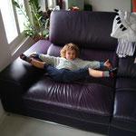 Yoga auf dem Sofa, wow da fehlt nicht mehr viel zum Spagat