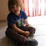 Maxi mit seinen neuen Sandalen