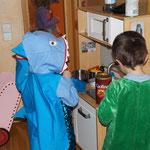 Krokodil und Hai beim kochen