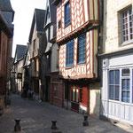 Vitré :  Maisons anciennes, rue de la Baudrairie.