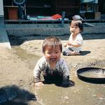園庭で遊ぶゼロ歳児(5月)